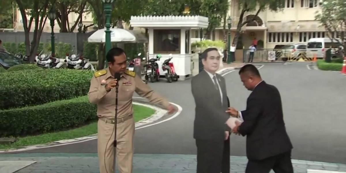 """""""Pregúntele a este hombre"""": el primer ministro tailandés utiliza un recorte de cartón para evitar las preguntas de los periodistas"""