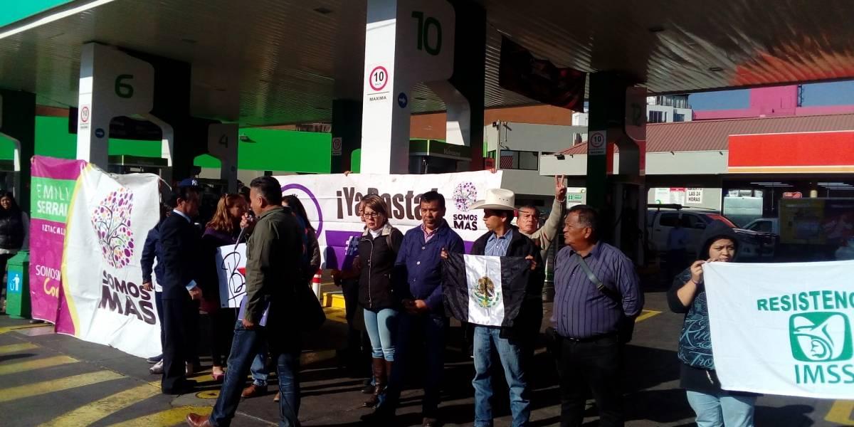 Organización 'Somos Más' cierra gasolinería  de la CDMX por altos precios del combustible