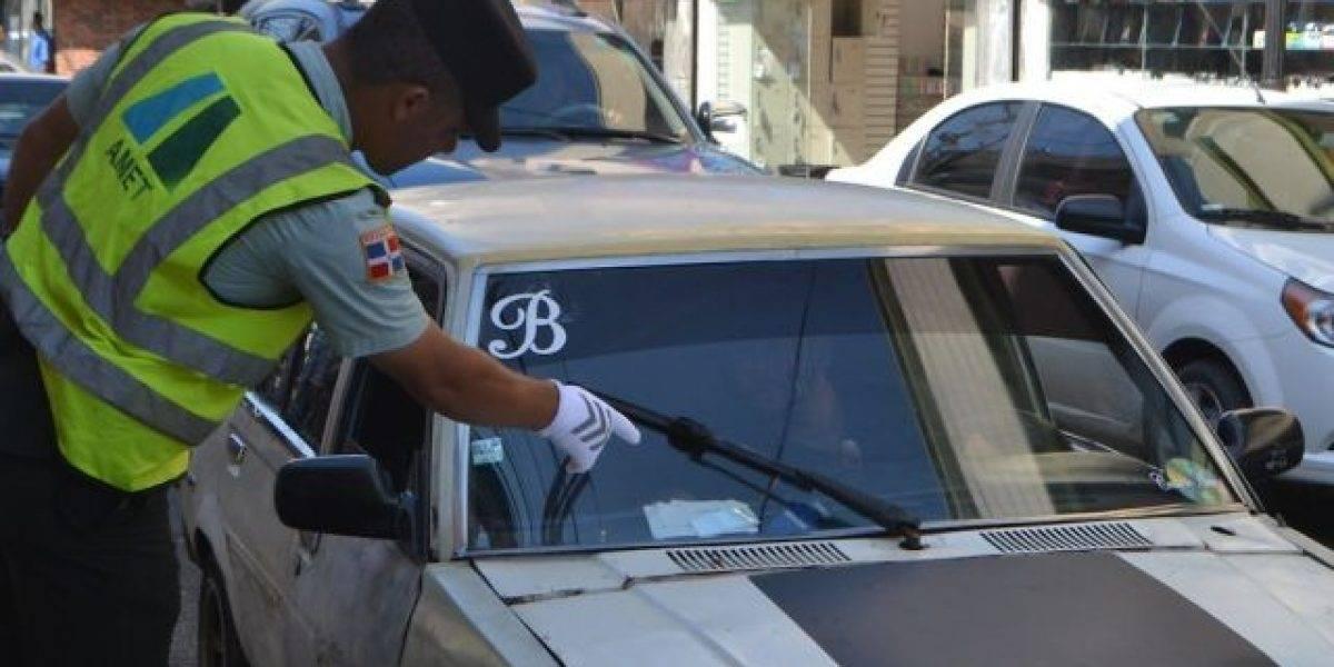 Agentes inician en las calles cacería de vehículos sin marbetes