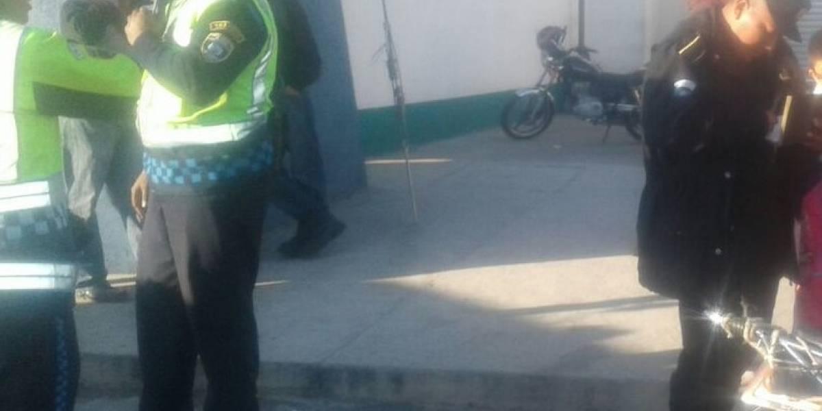 Motorista que circulaba contra la vía agrede a agente de PMT que intentó detenerlo