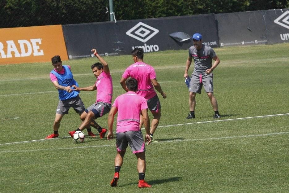 Beñat San José ordenó ejercicios físicos y trabajos con balón en su primera práctica totalmente abierta en la UC / Foto: Camila Martínez