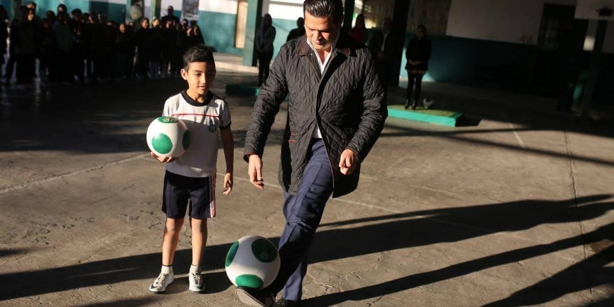 Video: Muestra 'Paco' Cienfuegos sus dotes para el futbol