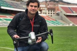 Carlos Mitting junto al dron
