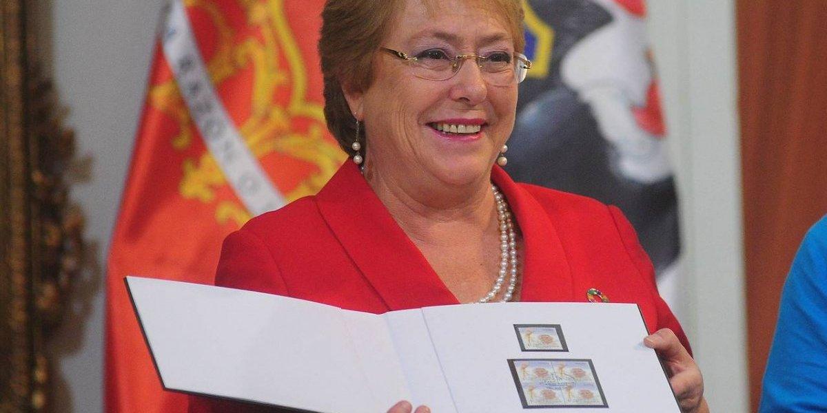 La estampilla que diseñó Correos de Chile para darle la bienvenida al Papa