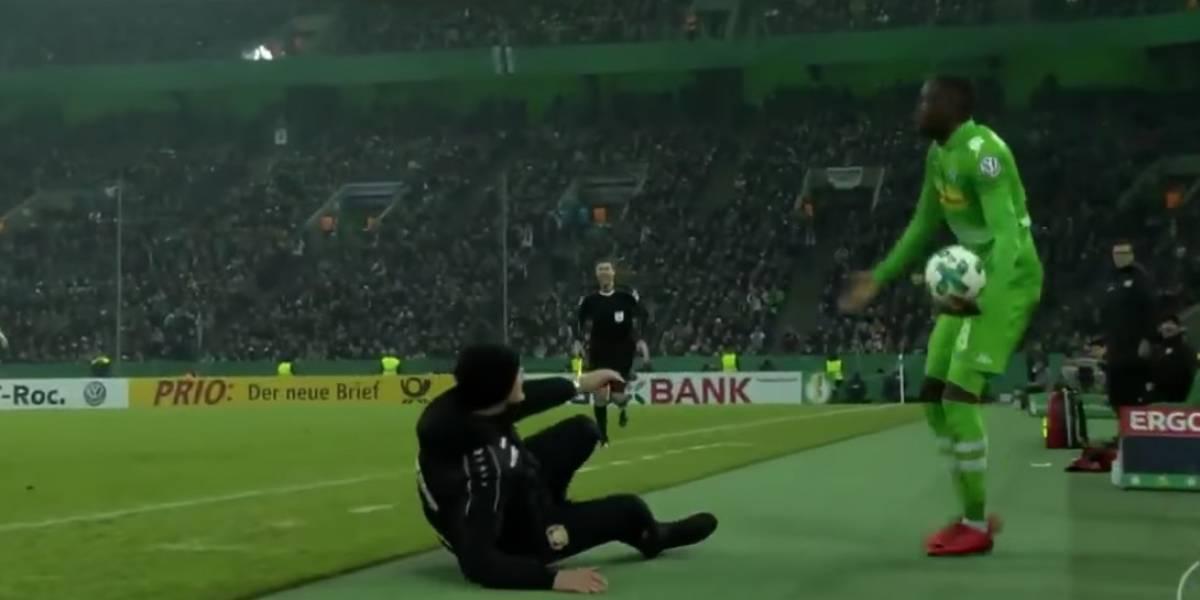 Entrenador del Bayer Leverkusen es sancionado por fingir agresión