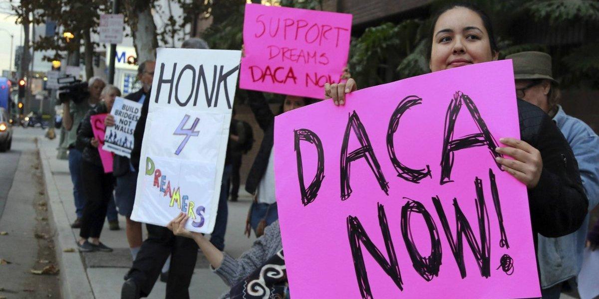 Juez bloquea temporalmente decisión de Trump de cancelar programa que protege a jóvenes inmigrantes de la deportación