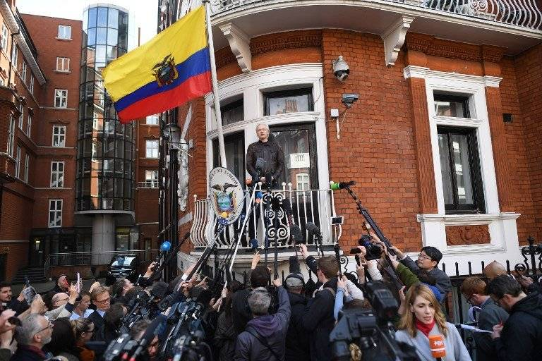 Julian Assange en la embajada ecuatoriana en Londres