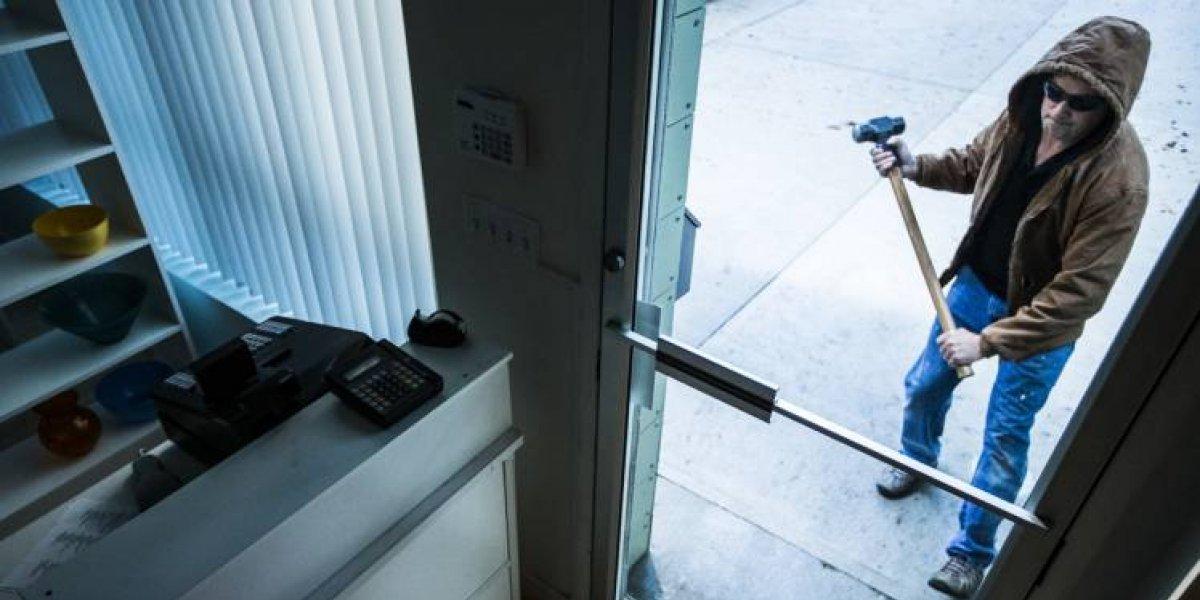 Ladrão machuca órgão sexual durante roubo e processa dono da loja