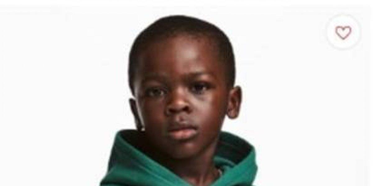 """Bajo fuego H&M por imagen de niño negro con mensaje """"el mono más genial"""""""