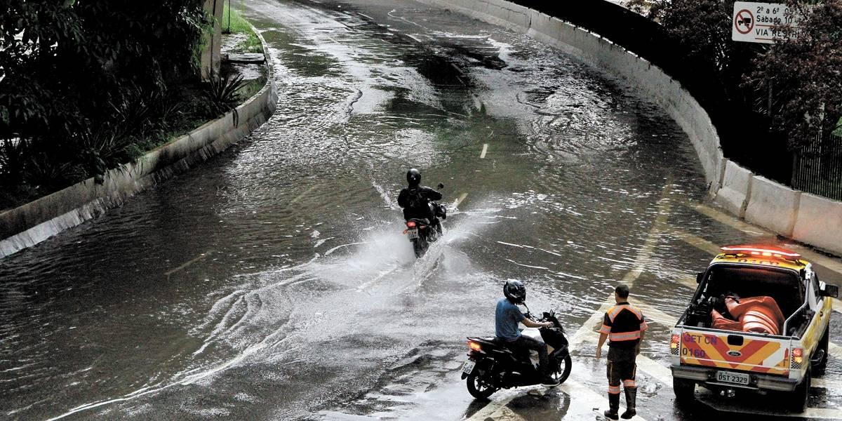 Chuva provoca alagamentos e paralisação de linha de metrô em São Paulo