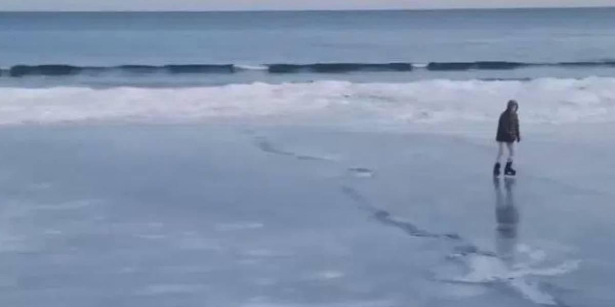 El lado positivo de la ola de frío que azota a Estados Unidos: hacer patinaje sobre hielo en el mar congelado