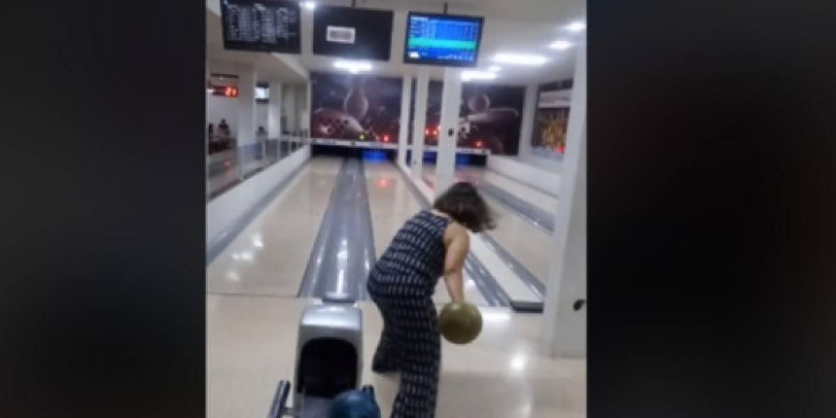 Video: Mujer rompe un televisor al intentar hacer un lanzamiento en juego de bolos