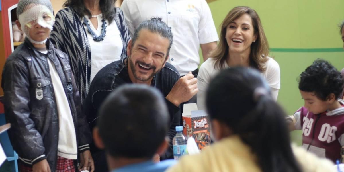 Arjona realiza visita sorpresa a niños de fundación guatemalteca