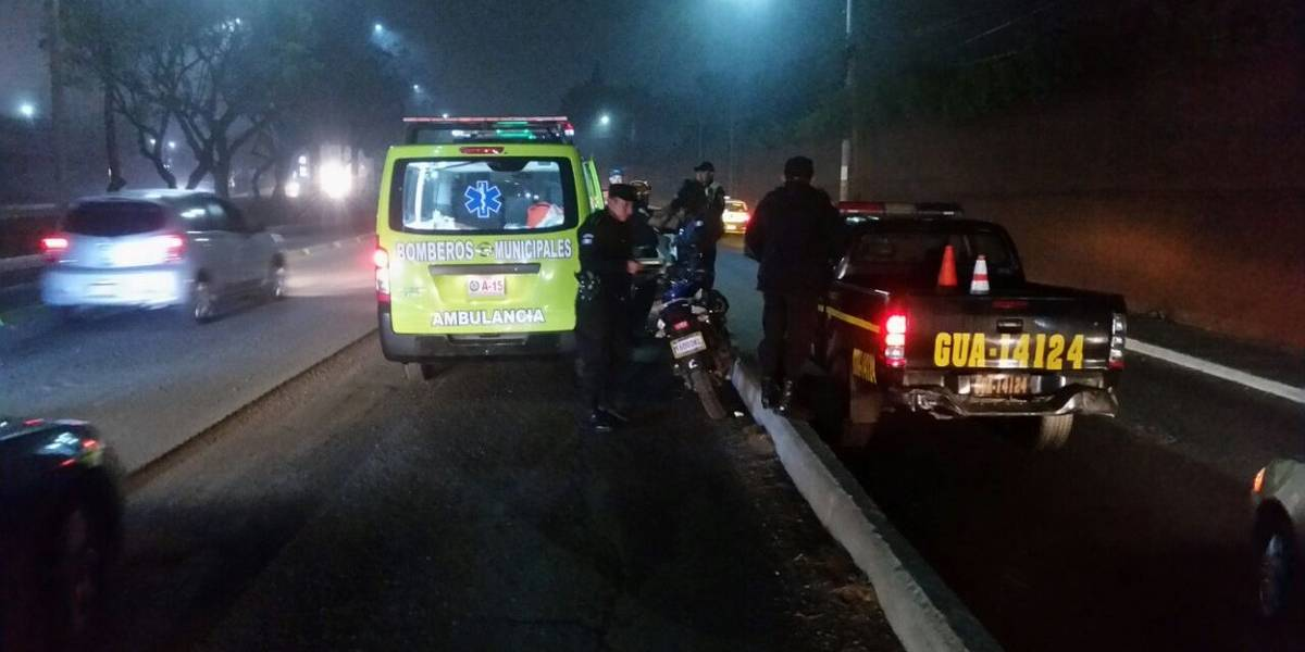 Varios motoristas derrapan en calzada Aguilar Batres