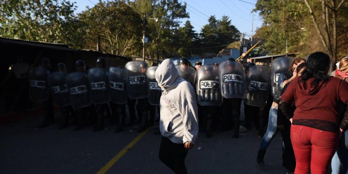 EN IMÁGENES. Familiares de internos del Preventivo de la zona 18 se enfrentan a PNC