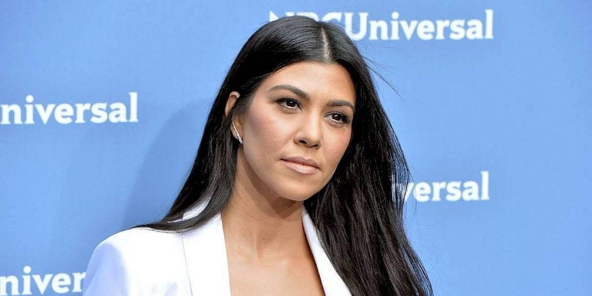 Kourtney Kardashian sale de compras sin sostén y con una blusa transparente