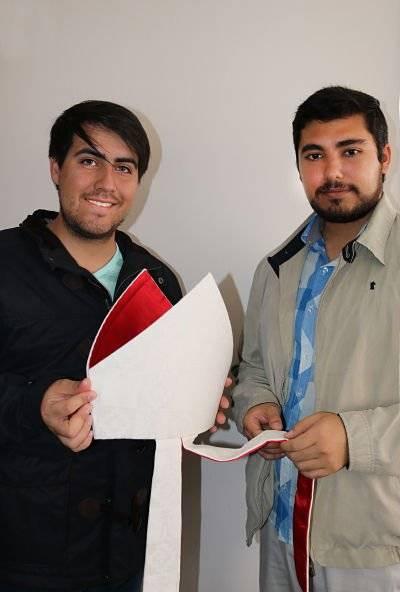 Felipe (24) y Diego (25) sosteniendo mitra