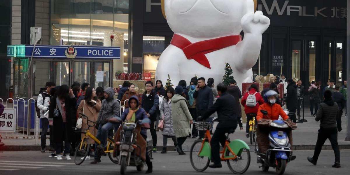 En Shanghái construyen tobogán dentro de un mall para agilizar las compras