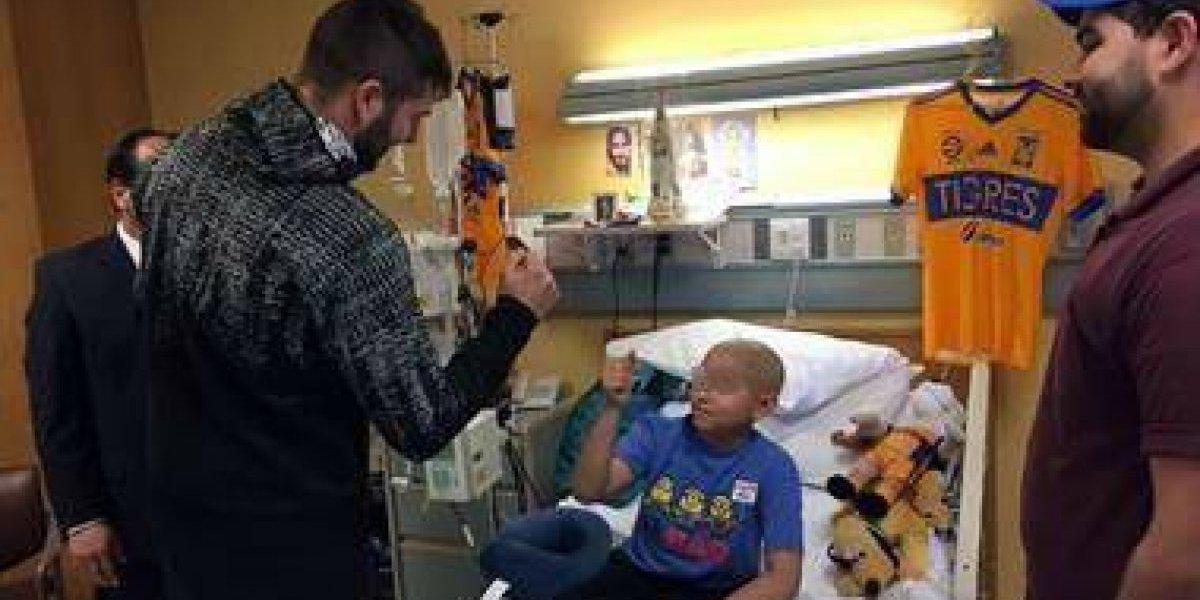 ¡Crack! Gignac visita en el hospital a niño enfermo de cáncer