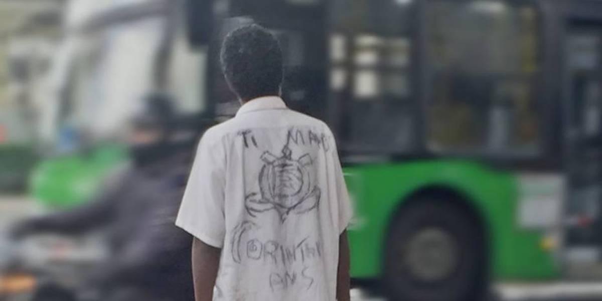 Foto de camisa 'personalizada' do Corinthians viraliza e senhor ganha uma oficial