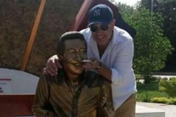 Burlas a la estatua de Diomedes Díaz