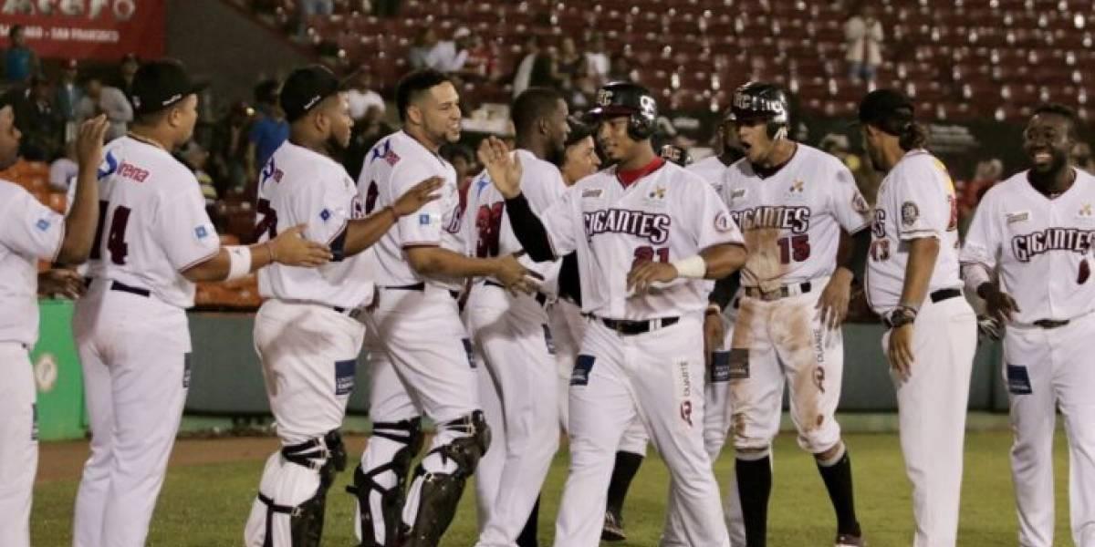Gigantes ganan tercero al hilo y empatan con Leones en béisbol dominicano
