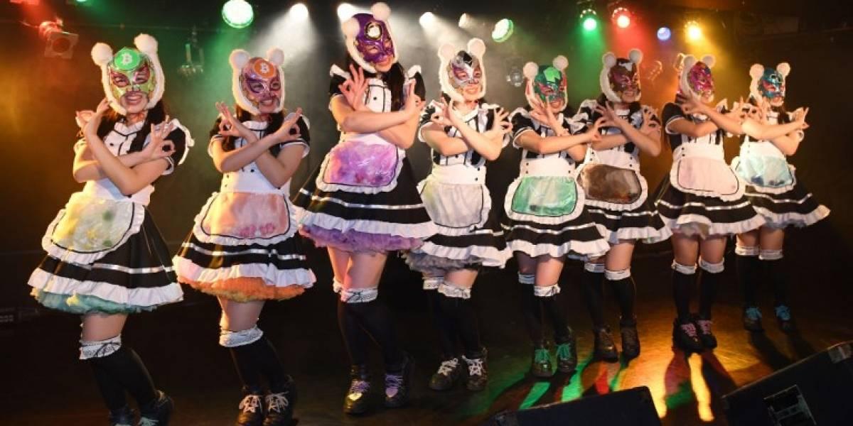 """""""Las chicas de las monedas virtuales"""" debutan en Japón ante una multitud enardecida"""
