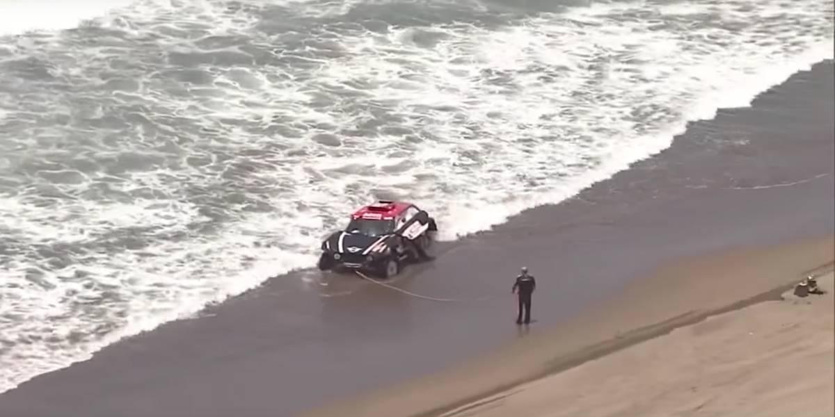 Piloto usa corda para evitar que carro seja levado pelo mar no Rally Dakar