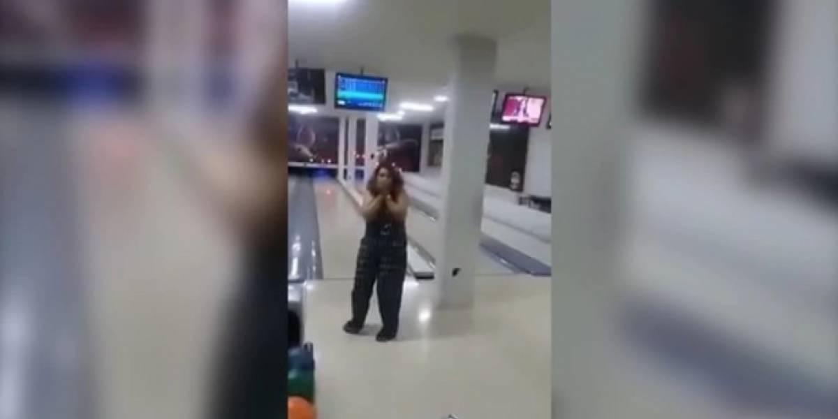 Mujer destruye televisión por accidente mientras jugaba bolos