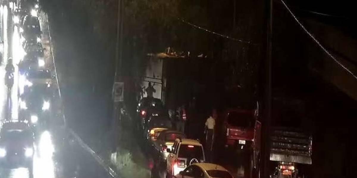 Congestión vehicular tras volcamiento en la Av. Manuel Córdova Galarza