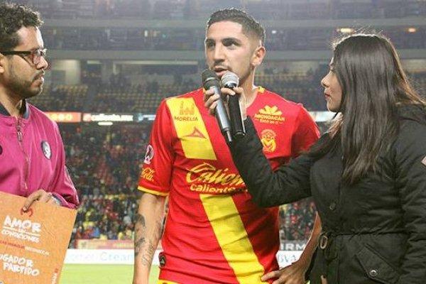 Diego Valdés siendo entrevistado en su calidad de figura del partido / Foto: fuerzamonarca.com