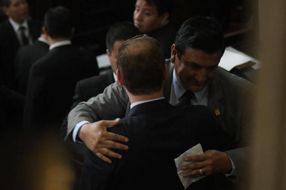 Estuardo Galdámez abraza a hijo de Arzú