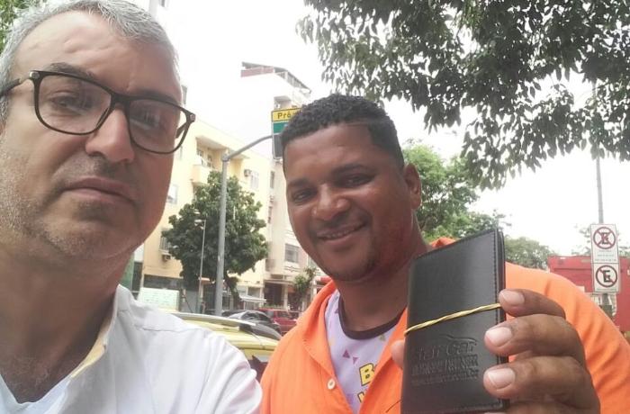 Gari acha e entrega carteira de idoso no Rio