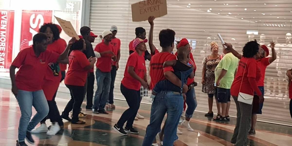 Manifestantes sul-africanos saqueiam lojas da H&M após anúncio considerado racista