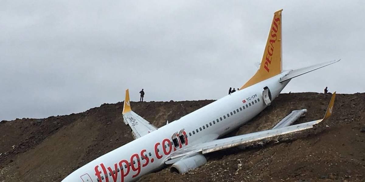 Avión turco sale la pista y cae por una pendiente