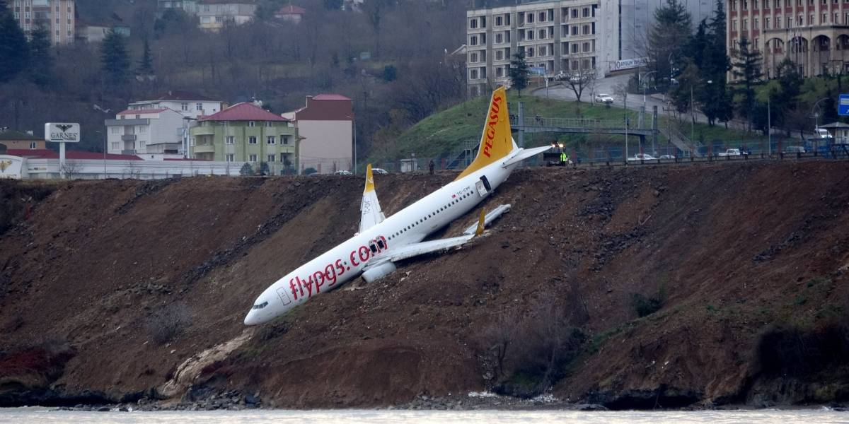 Avião derrapa e cai em barranco durante aterrissagem