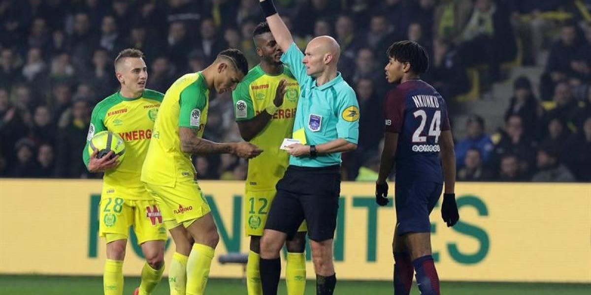 Insólito: árbitro lanza una patada a jugador que lo derribó por accidente