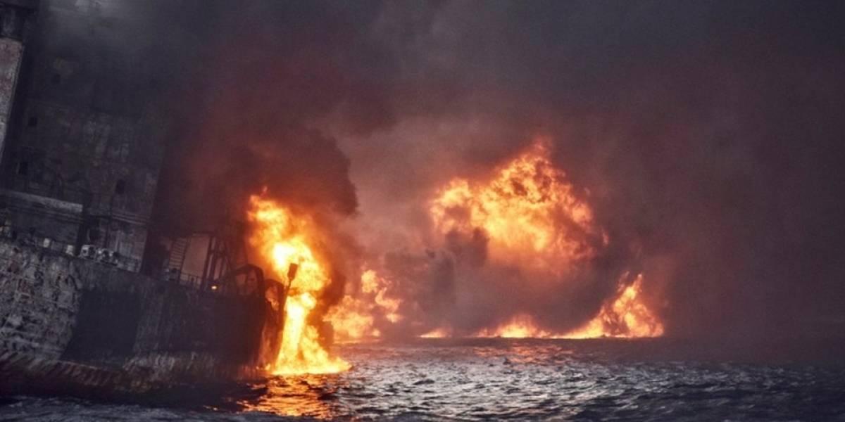 Buque petrolero en llamas se hunde en el mar de China oriental y deja 32 muertos