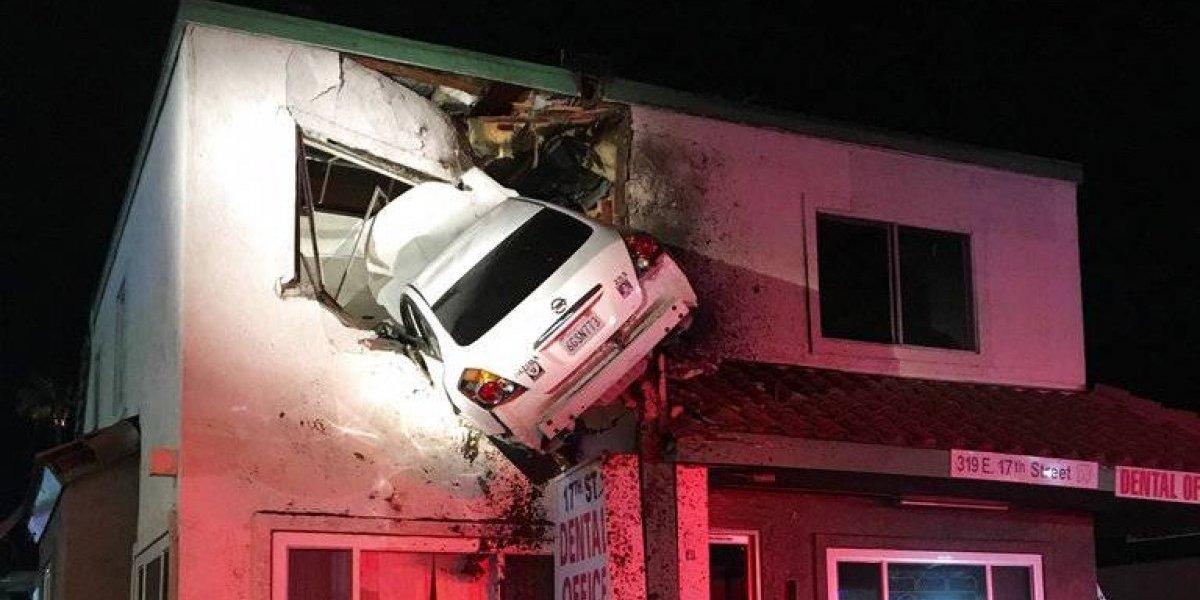 FOTOS: Auto pierde el control y se estrella contra el segundo piso de edificio