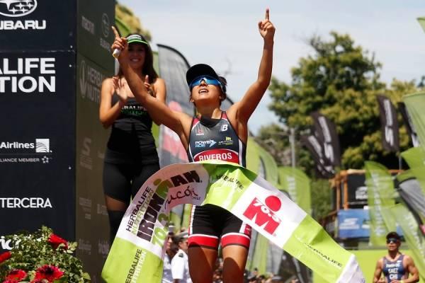 Bárbara Riveros al cruzar la meta y conquistar su cuarto título en el Ironman de Pucón / Foto: Agencia UNO