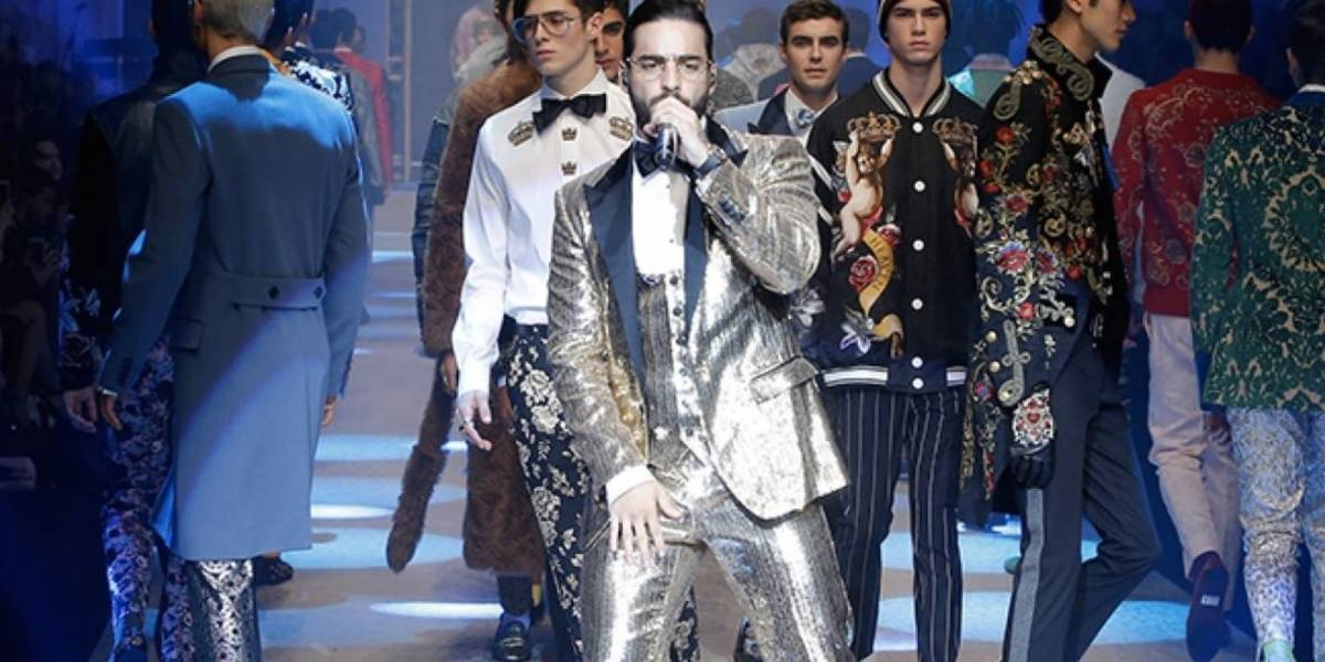 En desfile de Dolce Gabbana, Maluma olvida como va