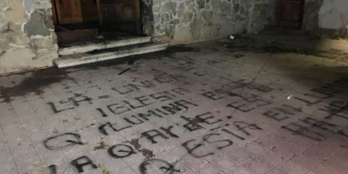 """""""La única iglesia que ilumina es la que arde"""": nuevo ataque incendiario a templo con amenazas al papa Francisco afecta a Melipilla"""