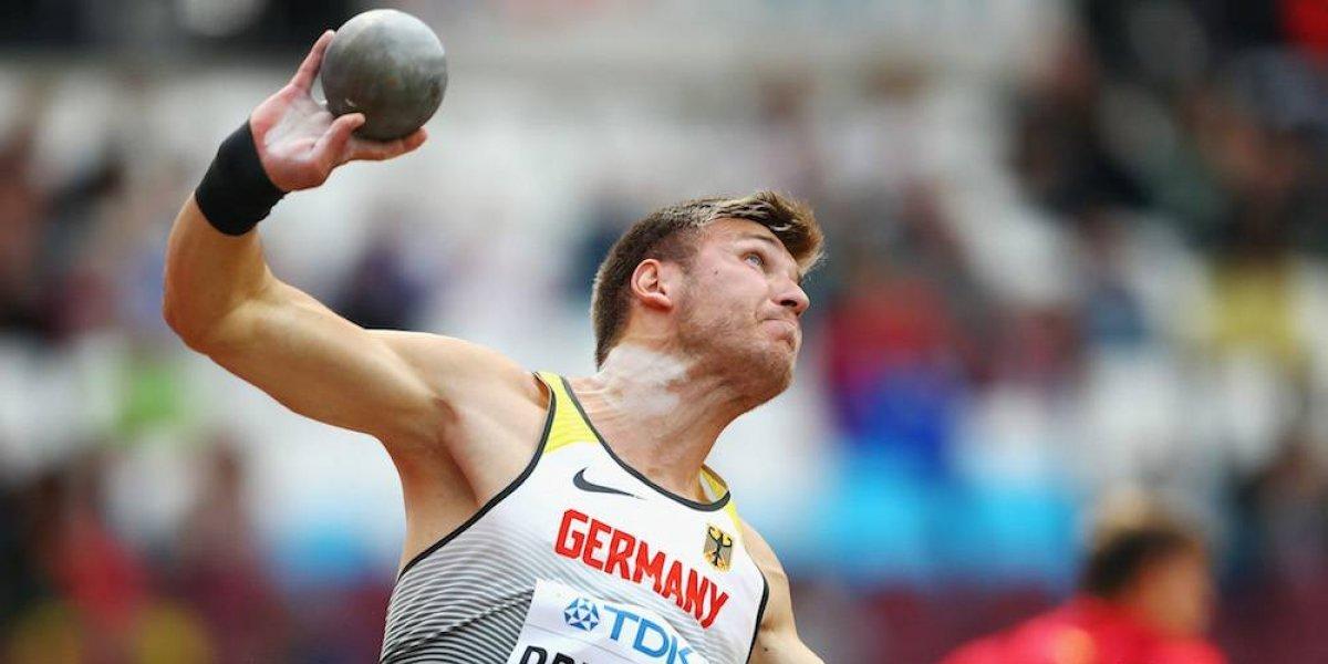 Juez fallece tras ser impactado por bola en prueba de atletismo