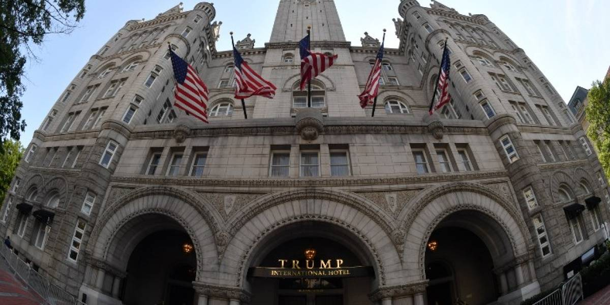 VIDEO. Proyectan palabras soeces en entrada de hotel Trump en Washington