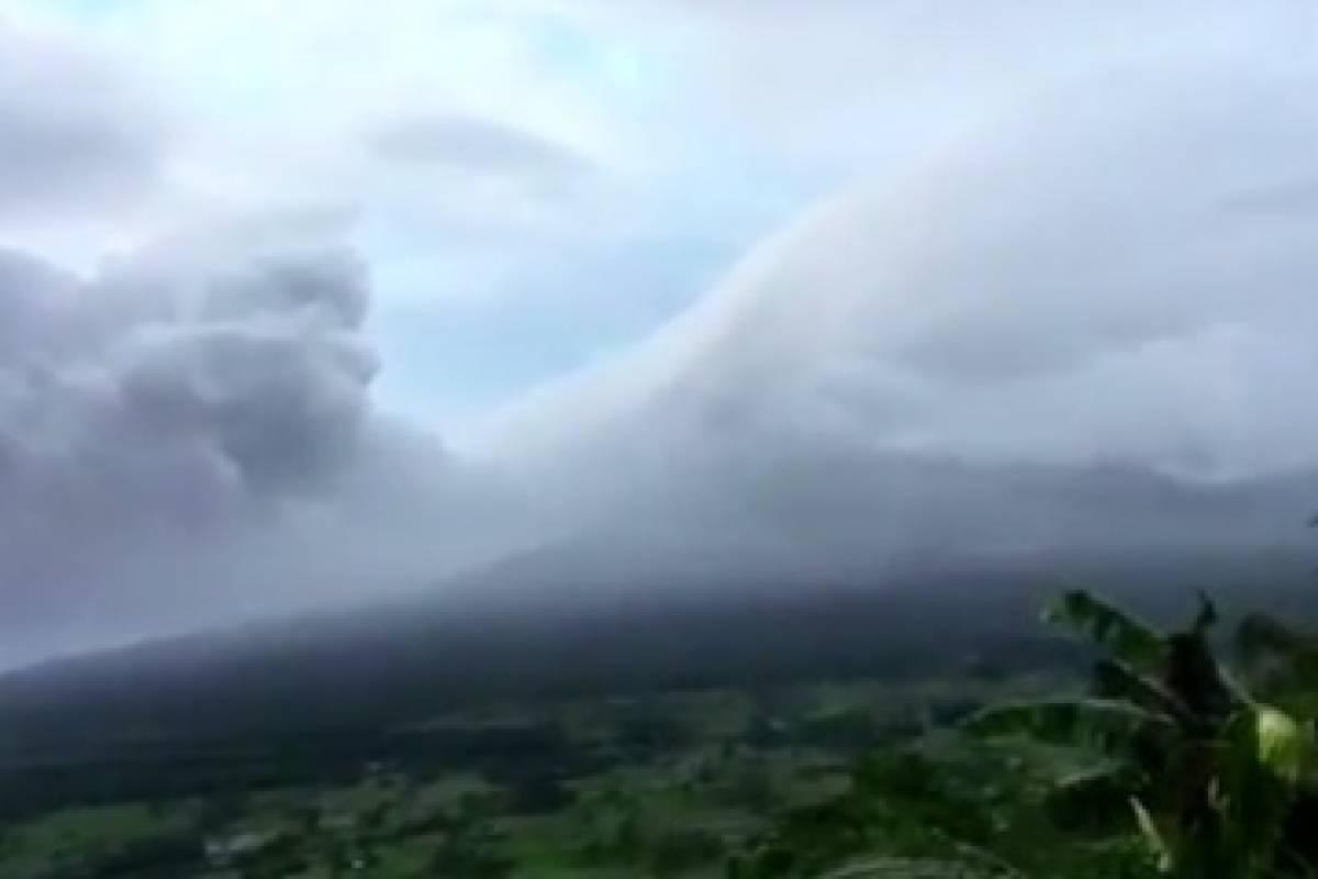 Miles de evacuados por un volcán en erupción en Filipinas