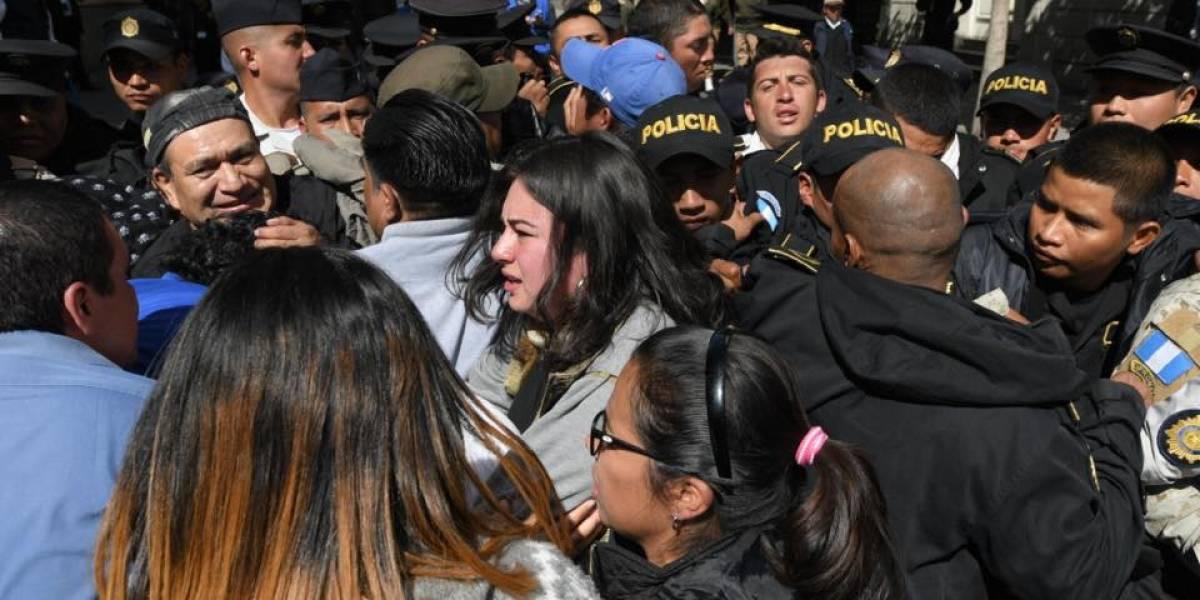 Manifestantes forcejean con agentes PNC al querer cruzar cordón de seguridad