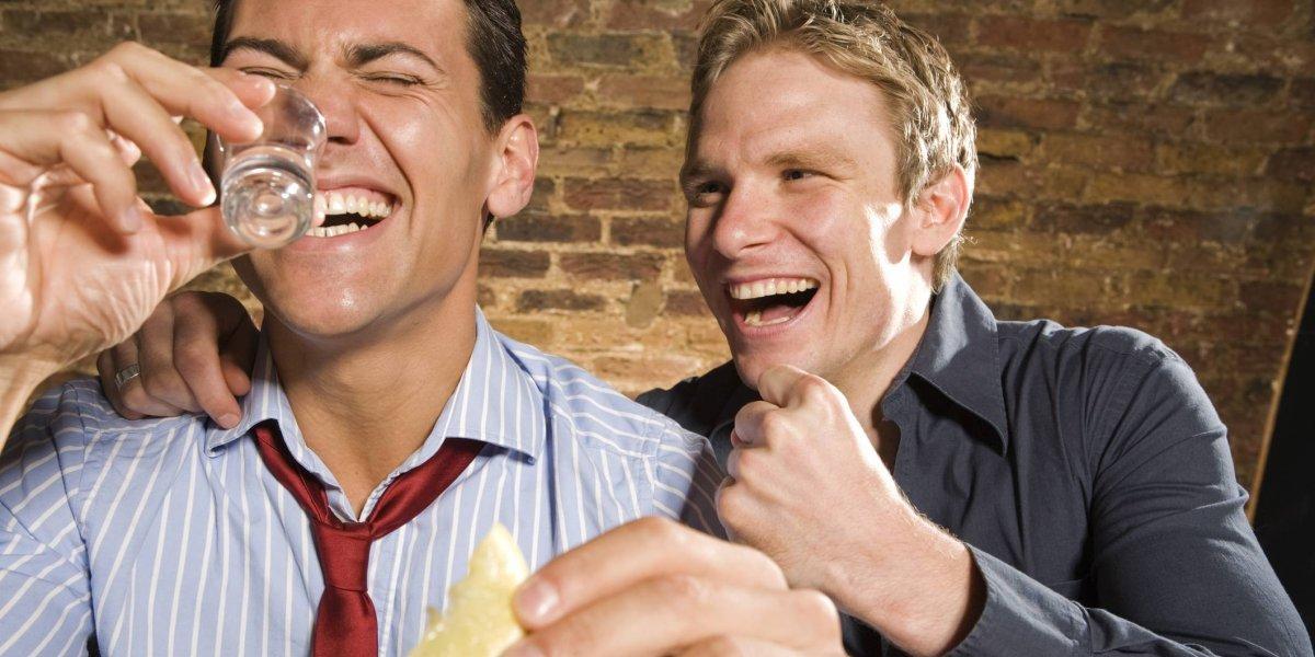 La ciencia confirma lo que todos sabíamos: Los heterosexuales al estar borrachos se sienten atraídos por personas de su mismo sexo