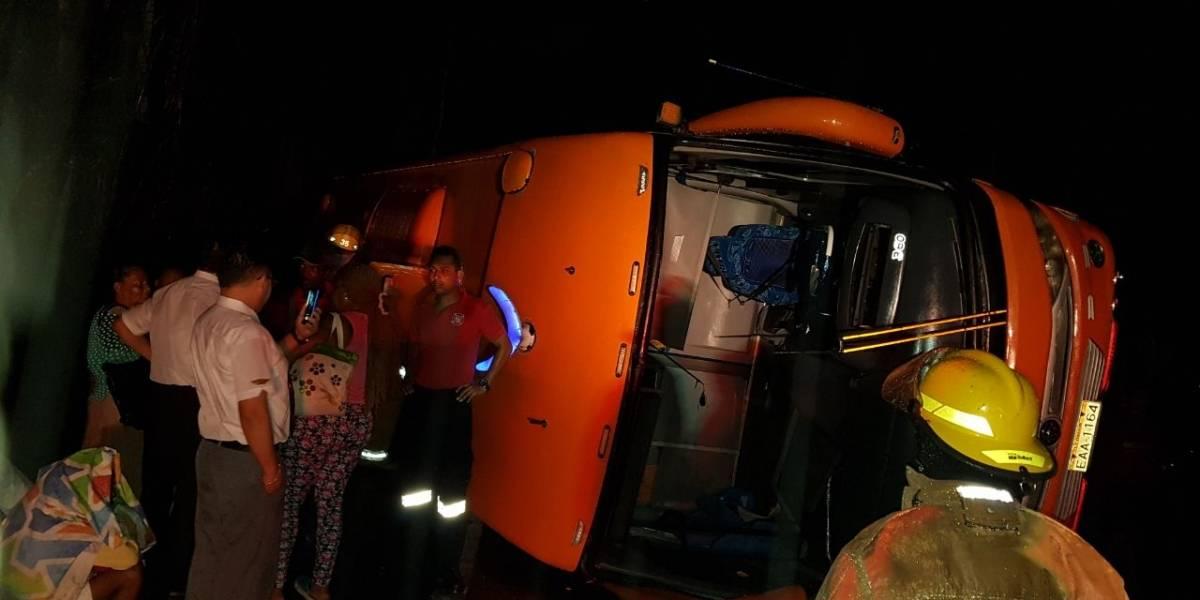 10 heridos tras volcamiento de bus interprovincial en Esmeraldas