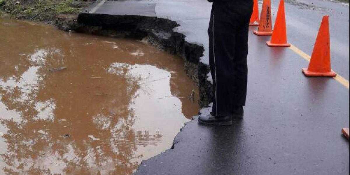 Deslizamiento de tierra causó cierre parcial en el km 71 de la vía Alóag-Santo Domingo