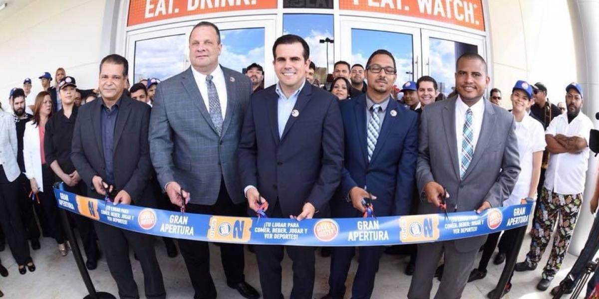 Gobernador encabeza inauguración de primer local de Dave & Buster's en la Isla